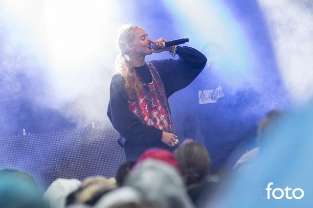 Silvana Imam på Ängen-scenen Emmabodafestivalen 2015